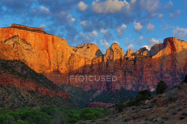 Malerische Aussicht auf den Sonnenaufgang auf Türme von Virgin, Zion Nationalpark, Utah, Usa — Stockfoto