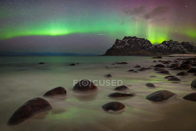 Aurores boréales à la plage d'Uttakleiv, Îles Lofoten, Norvège — Photo de stock