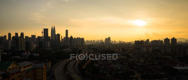 Vista panorámica de la puesta de sol sobre el horizonte de la ciudad, Kuala Lumpur, Malasia - foto de stock