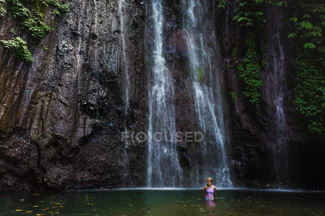 Дівчина, купання в озері з водоспадом, Munduk, Балі, Індонезія — стокове фото