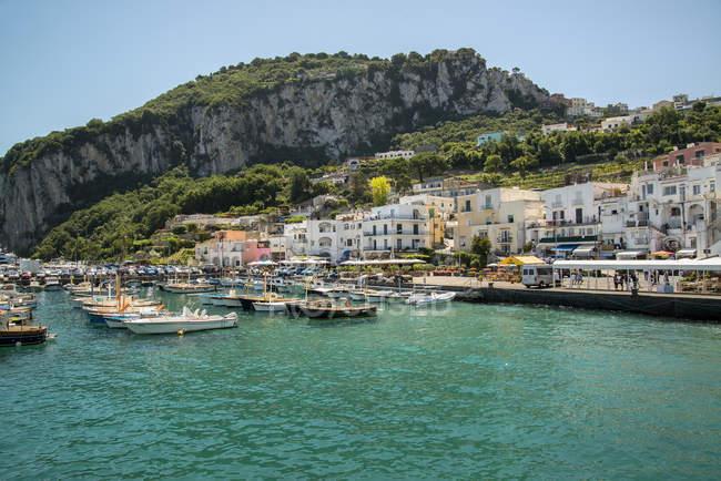 Vue panoramique sur le port de Capri, Campanie, Italie — Photo de stock