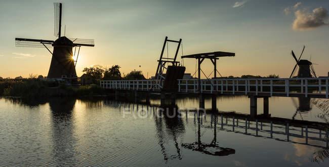 Molinos de viento tradicionales al atardecer, Kinderdisk, Países Bajos - foto de stock