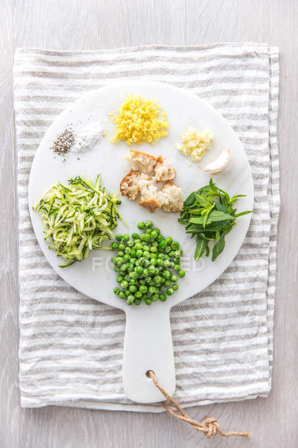Vegetarischen Zutaten für Pasta-Sauce über Küchentuch, Ansicht von oben — Stockfoto
