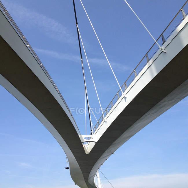 Vista verso l'alto del ponte sospeso contro il cielo blu — Foto stock