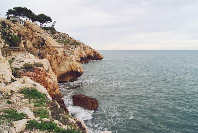 Vista panoramica delle scogliere lungo la costa, Malaga, Andaulcia, Spagna — Foto stock