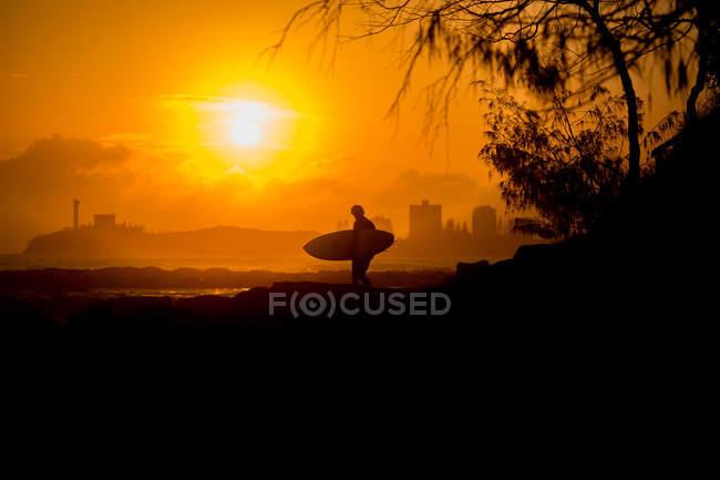 Vue latérale de la silhouette du surfeur au lever du soleil — Photo de stock