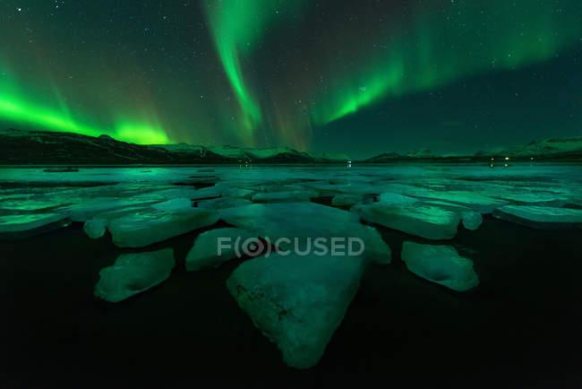 Nordlichter am Nachthimmel über Jökulsárlón Lagune, Island — Stockfoto