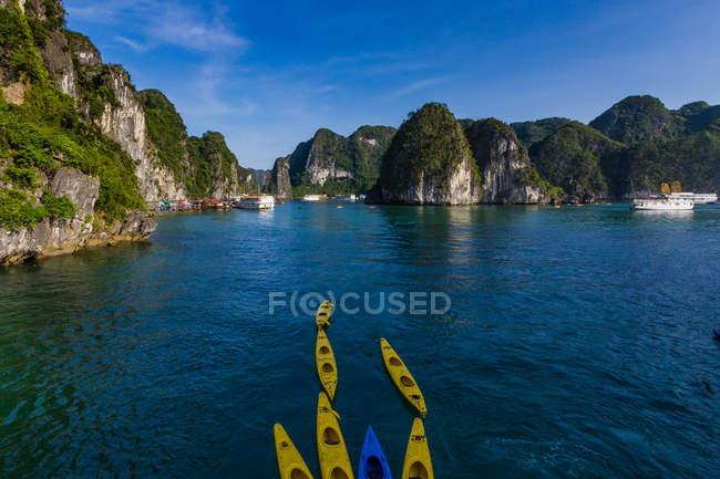 Гарний краєвид з Байдарки на морі в Ha довгий Bay, В'єтнам — стокове фото