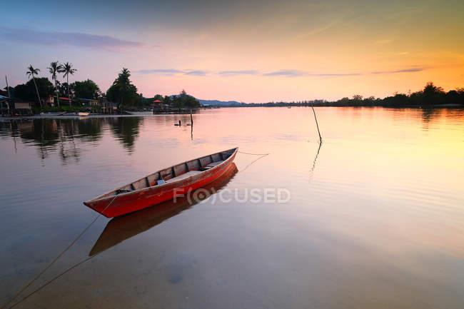 Лодка на якоре на пляже на закате, Туаран, Сабах, Малайзия — стоковое фото