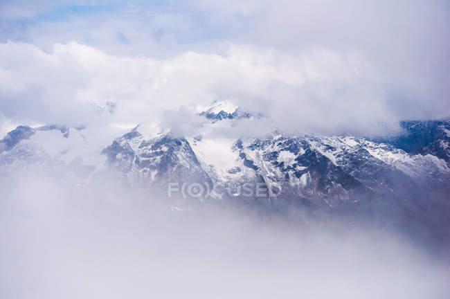 Облака над снегом покрыты горы Пилатус, Обвальден, Швейцария — стоковое фото
