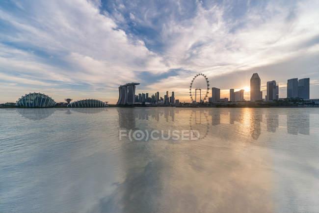 Мальовничий вид на обрис Сінгапуру на заході сонця — стокове фото