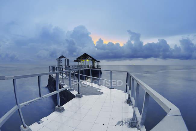 Vista panoramica del molo al tramonto, Indonesia — Foto stock