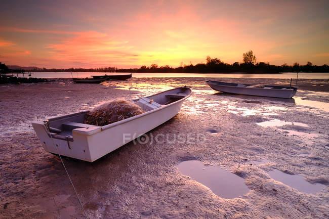 Barche di pescatori sulla spiaggia, Kota Kinabalu, Sabah, Malesia — Foto stock