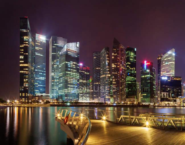 Malerische Aussicht auf die Wolkenkratzer beleuchtet in der Nacht, Marina Bay, Singapur — Stockfoto