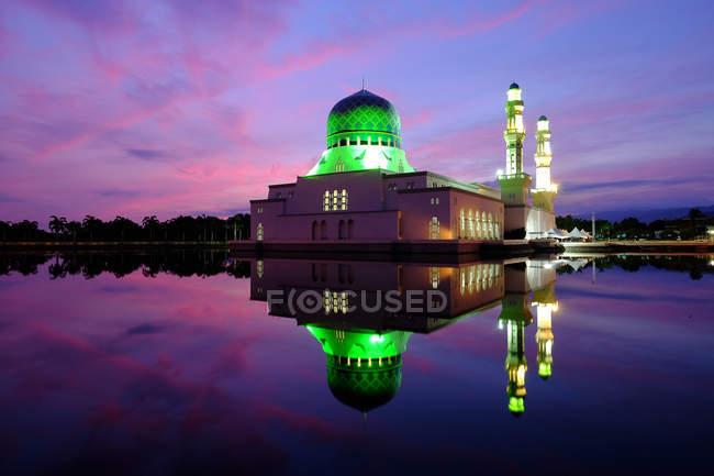 Herrliche Sicht auf die Reflexion von Kota Kinabalu Stadt Moschee bei Sonnenaufgang, Sabah, Borneo, Malaysia — Stockfoto