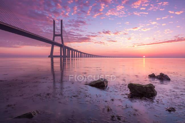 Vasco da Gama Bridge Silhouette gegen Morgenhimmel, Lissabon, Portugal — Stockfoto