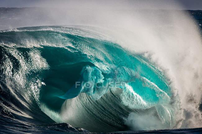 Дивовижна хвиля вихору океану з крапель в повітрі — стокове фото