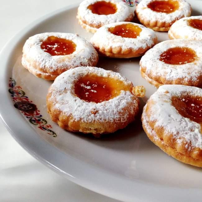 Süßen und leckeren italienischen Kuchen auf Teller — Stockfoto