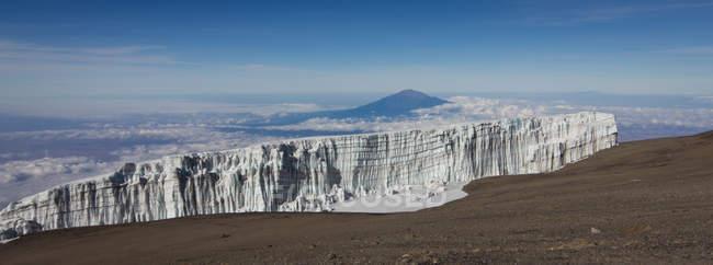 Vista panorámica del glaciar y Monte Meru, visto desde la cima del Monte Kilimanjaro, Tanzania - foto de stock