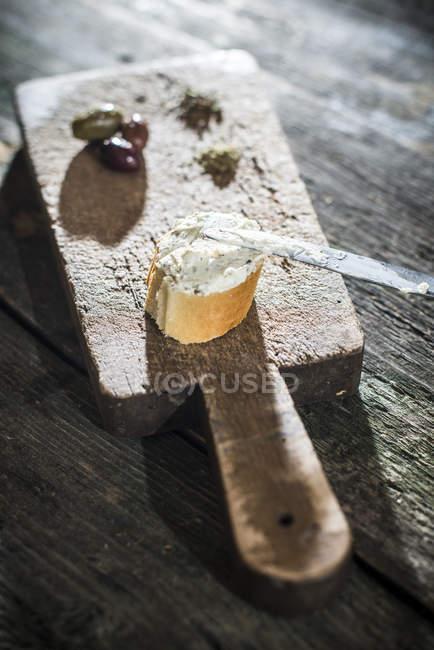 Брускетта с мягким сыром и оливками на разделочная доска — стоковое фото