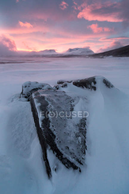 Sonnenaufgang über dem gefrorenen See Tornetrask in Lappland Arktis, Lappland, Schweden — Stockfoto