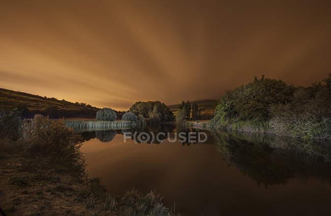 Paesaggio maestoso con stagno al crepuscolo, Guendulain, Comunidad Foral de Navarra, Navarra, Spagna — Foto stock