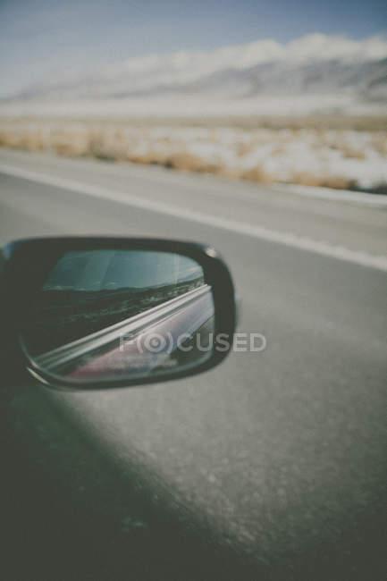 Reflexion des Wagens in seitlicher Ansicht Spiegel — Stockfoto