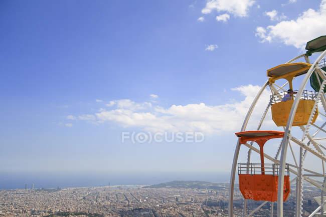 Spanien, Barcelona, erhöhten Blick auf die Stadt mit Kabinen des Riesenrads — Stockfoto