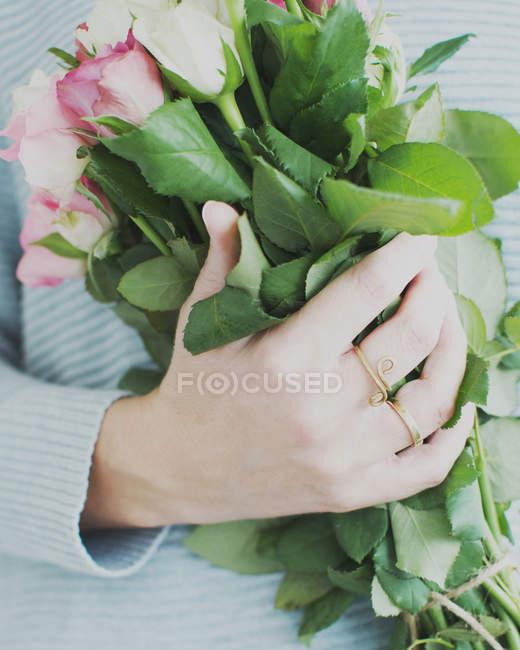 Обрезанный образ женщины, держащей букет роз — стоковое фото