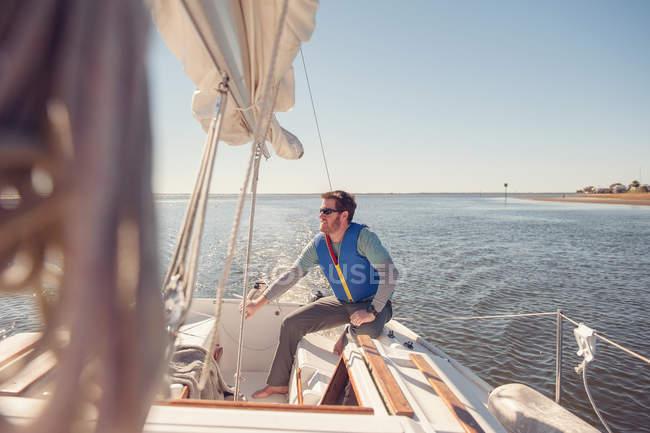 Homme voile sur voilier, Floride, Amérique, Usa — Photo de stock