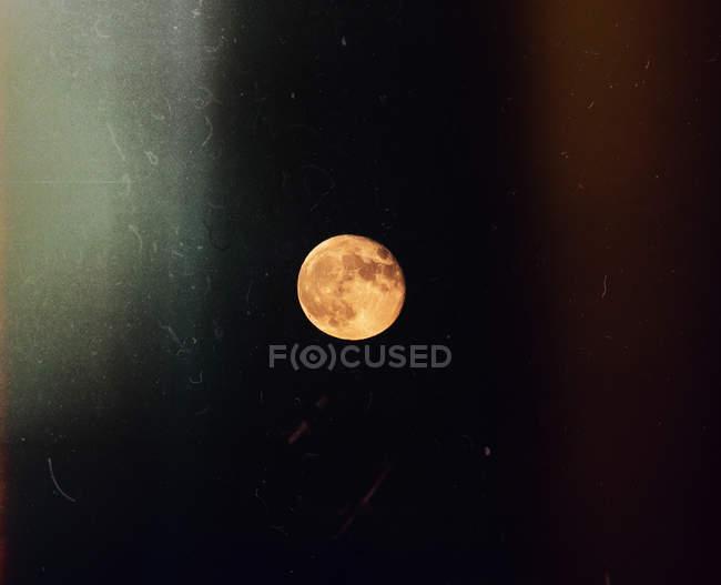 Vista panorámica de la luna en el cielo nocturno - foto de stock