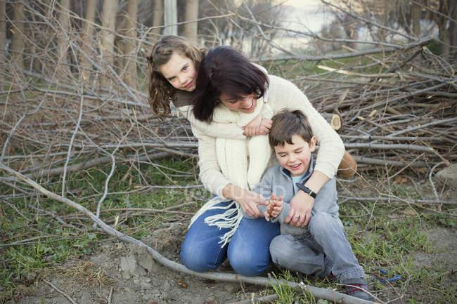 Мать, весело с детьми в парке — стоковое фото