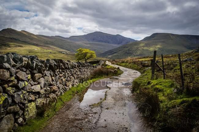 Vista panoramica del sentiero tortuoso a Mount Snowdon, Galles, Regno Unito — Foto stock