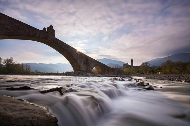 Italy, Bobbio, scenic view of Devils Bridge at sunset — Stock Photo