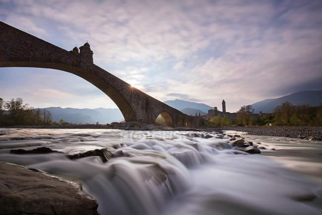 Italien, Bobbio, malerischen Blick der Teufelsbrücke bei Sonnenuntergang — Stockfoto
