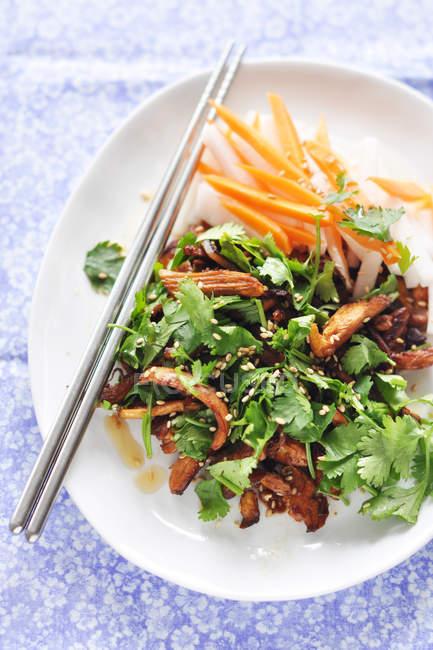 Китайские сезам курица со свежими травами, вид сверху — стоковое фото