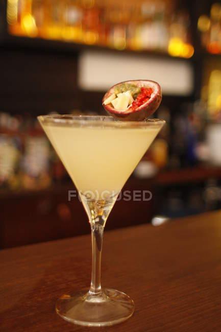 Крупним планом смачні Фрукти пристрасті коктейль в барна стійка — стокове фото