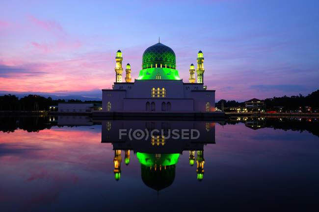 Schwimmende Moschee in der Nacht, Stadt Kota Kinabalu, Sabah, Malaysia — Stockfoto