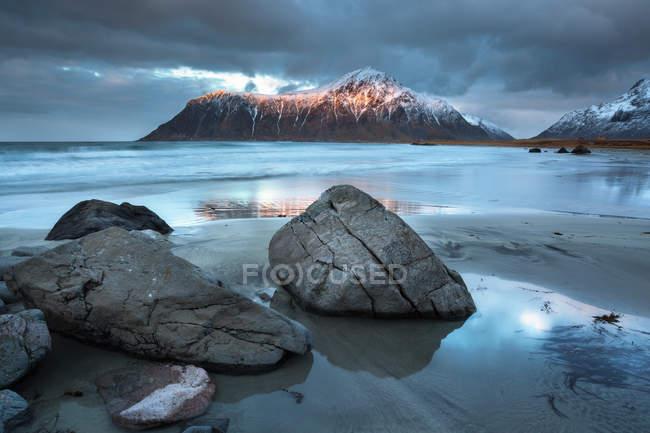 Norvegia, Lofoten, Flakstadoya, skagsanden rocciosa bella spiaggia — Foto stock