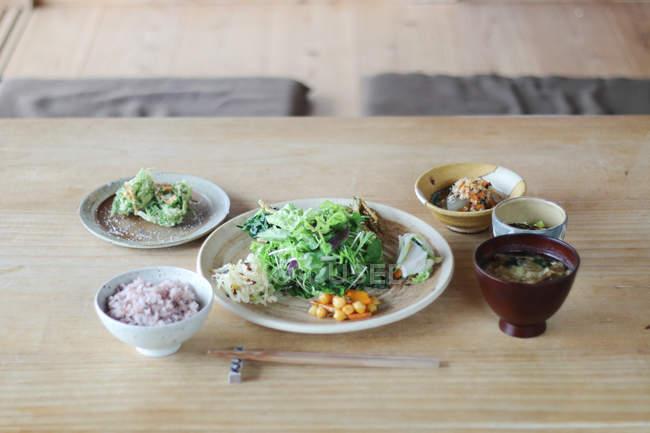 Вкусные свежие Азии ужин на деревянный стол — стоковое фото