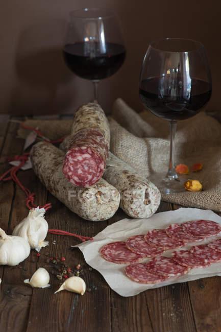 Fatias de salame e vinho tinto, estilo vintage — Fotografia de Stock