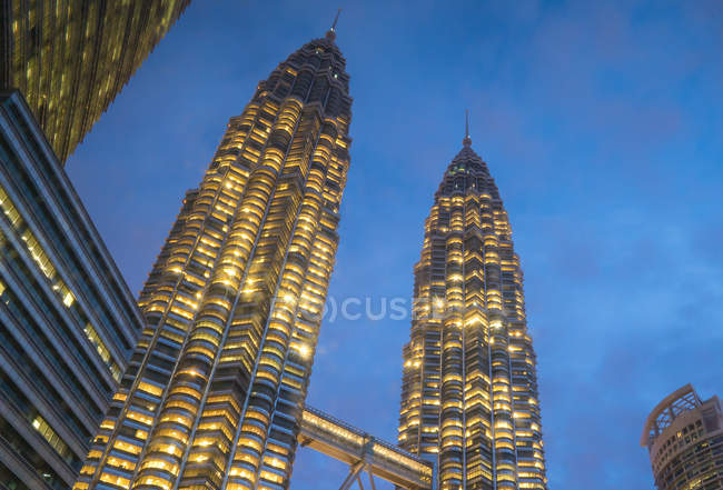 Vista panorámica de las Torres Petronas de noche, Kuala Lumpur, Malasia - foto de stock