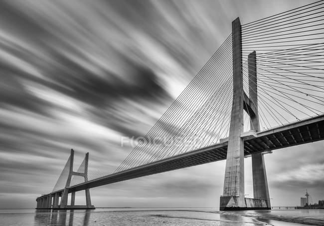 Puente Vasco da Gama en monocromo, Lisboa, Portugal - foto de stock