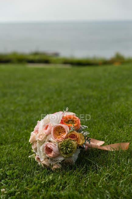 Живописный вид свадебный букет на траве — стоковое фото