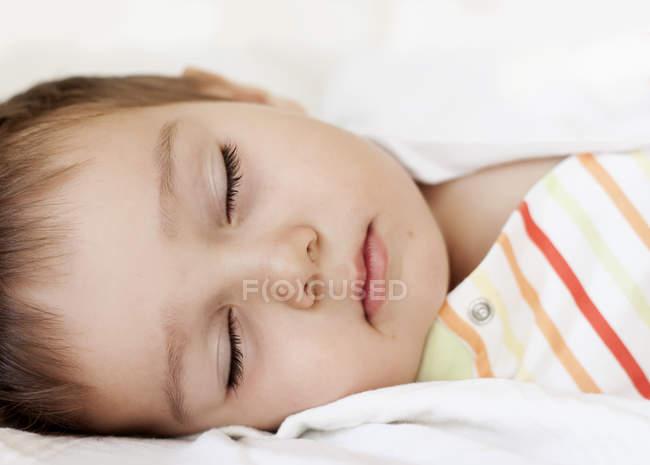 Закри спальний дівчинку в ліжку — стокове фото