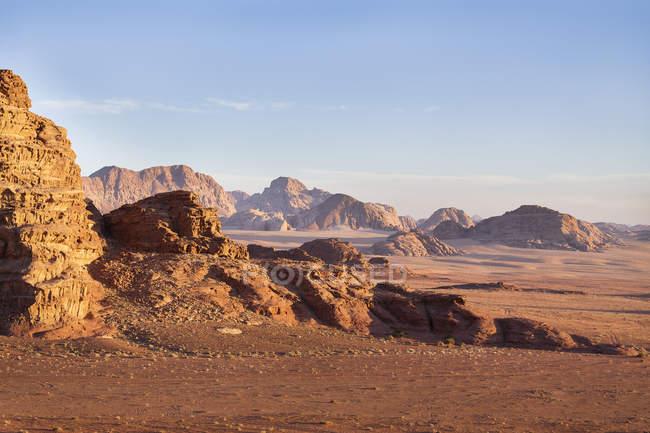 Vista panorámica del majestuoso paisaje de Wadi, Omán - foto de stock