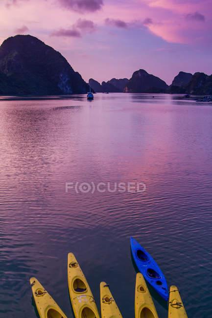 Kayaks at beautiful sunset, Ha long Bay, Vietnam — Stock Photo
