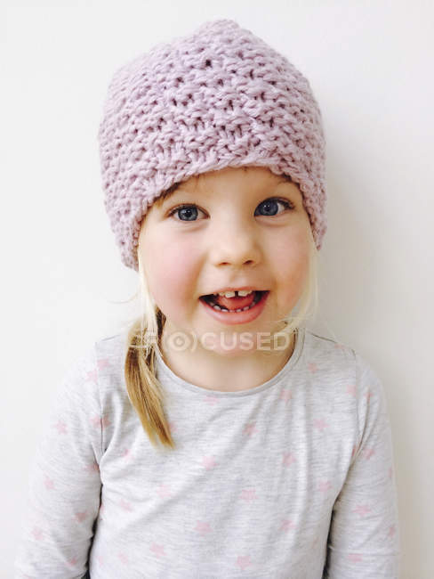Портрет посміхаючись білява дівчина капелюсі рожевий вовняні — стокове фото