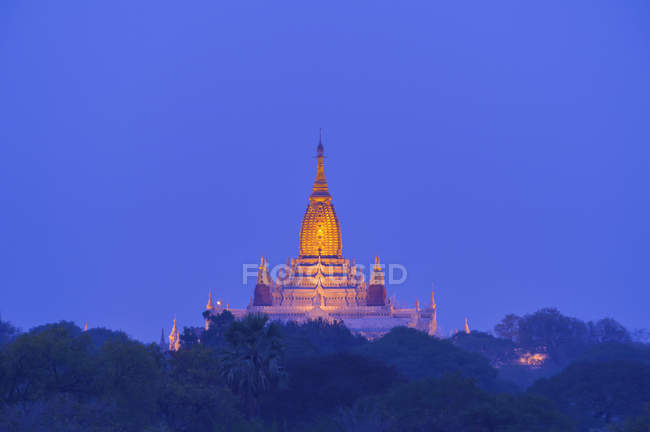 Scenic view of stupa on plain of bagan at sunset, Mandalay, Myanmar — Stock Photo
