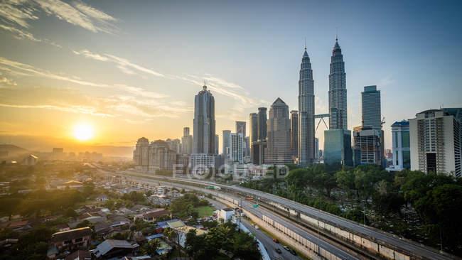 Vista panorámica de la salida del sol sobre el horizonte de Kuala Lumpur, Malasia - foto de stock